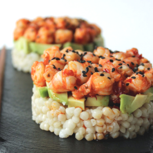 Parelcouscous met avocado en scampi sweet chili