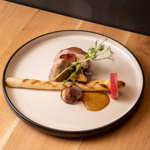 Slow-cooked veal with asparagus from Mechelen, beet cream and pickle gravy